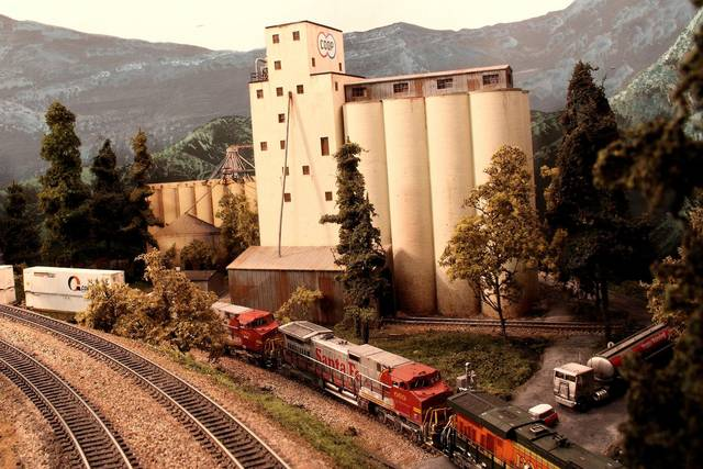 BNSF Stack Train on the Low Line_BNSF BenZach Sub