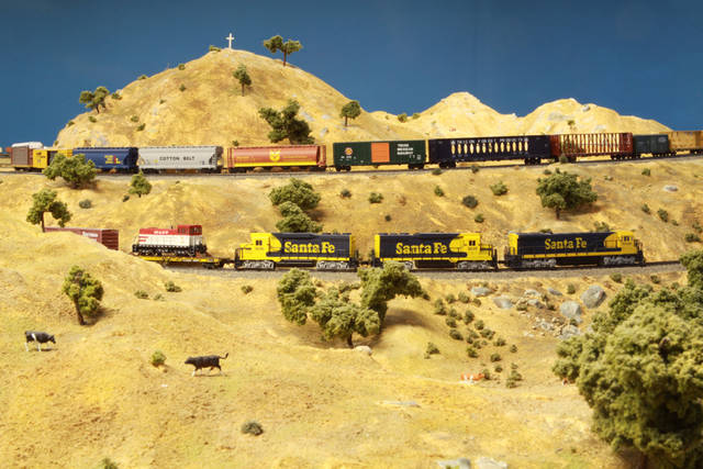 M&ET 608 (n scale GE 70 tonner) eastbound thru the Tehachapi's