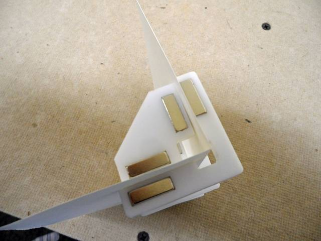 Magnetic corner clamps