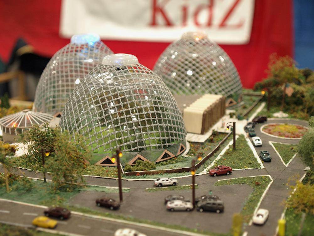 Milwaukee's Mitchell Park Domes on the Z scale WIZ KidZ layout