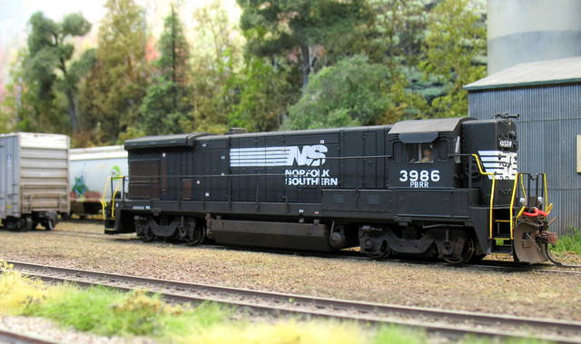 Pine Belt Southern B23-7 detailled and weathered